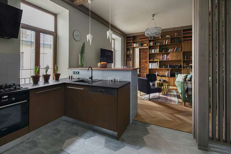 آشپزخانه با کابینت قهوه ایی