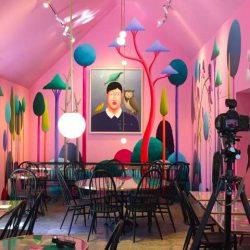 طراحی داخلی کافه باسبک نقاشی سورئال