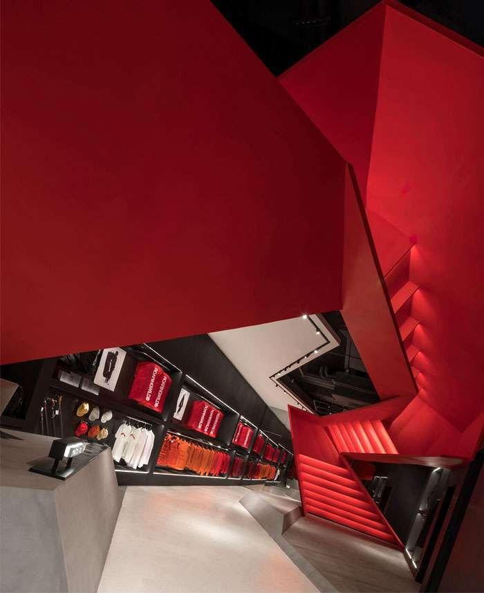 طراحی داخلی فروشگاه ورزشی با رنگ قرمز
