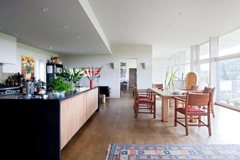 دکوراسیون اتاق غذا خوری معاصر با صندلی های چوبی