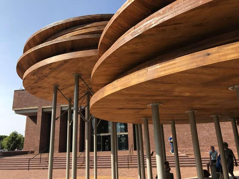 طراحی میدان یادبود با لمینت های چوب سخت