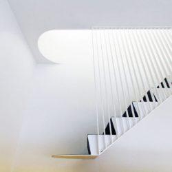 طراحی خانه با راه پله معلق فلزی