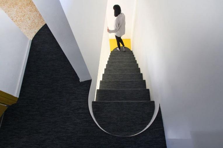 طراحی خلاقانه راه پله معلق فلزی