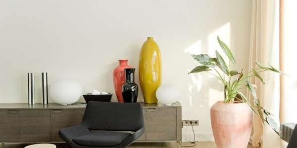 تزئین دکوراسیون با گلدان و شیشه