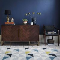 مبلمان چوبی تیره در طراحی داخلی