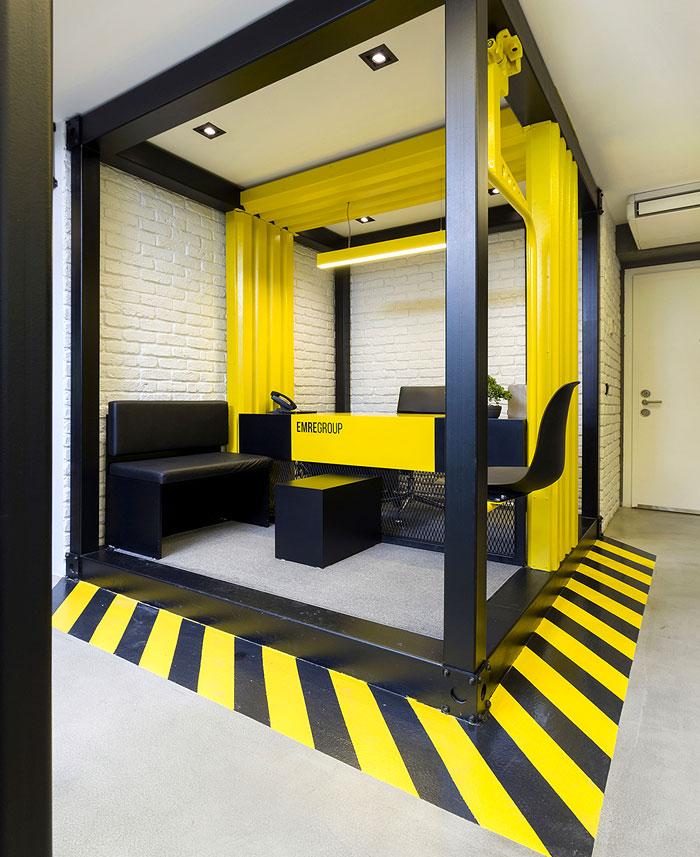طراحی داخلی دفتر کار با تم زرد و سیاه