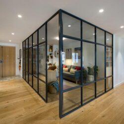 طراحی داخلی آپارتمان با دفتر کار خانگی شیشه ایی
