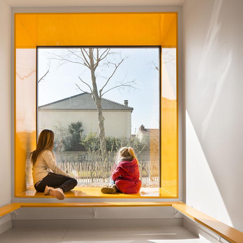 ایده خلاقانه طراحی پنجره با قاب رنگی