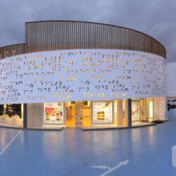 طراحی داروخانه مدرن با نمای دایره ایی شکل در یونان