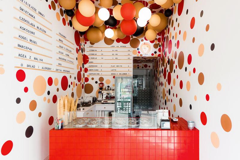 طراحی کافه بستنی با توپ های معلق رنگی