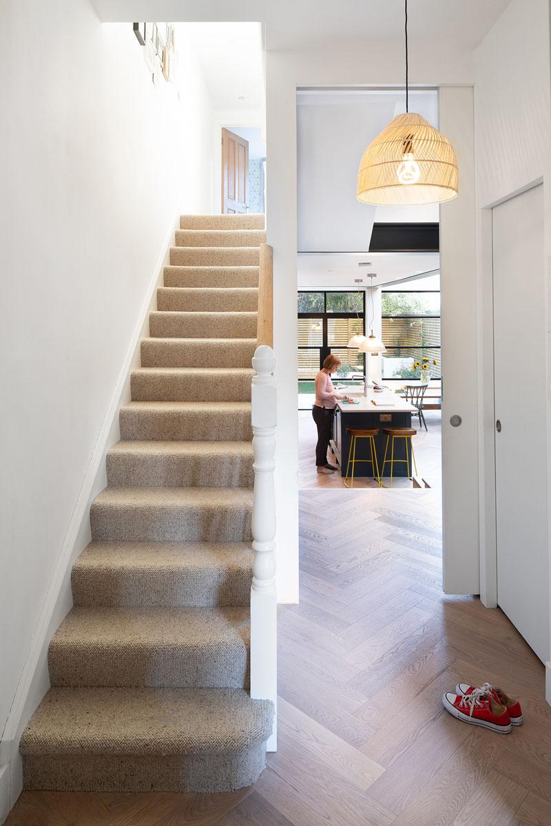 طراحی خانه دو طبقه با افزودن فضایی پشت خانه