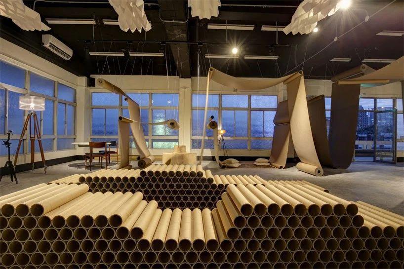 طراحی کافه با رول های کاغذی قهوه ایی